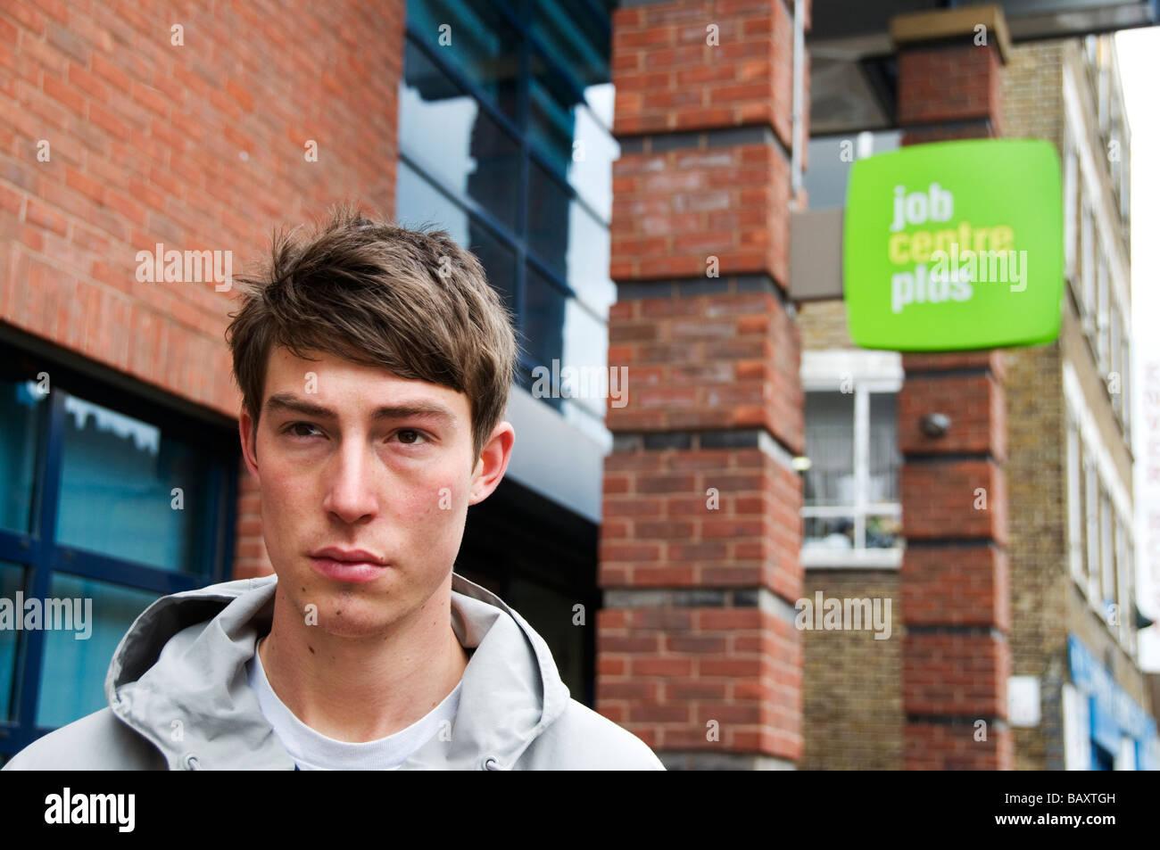 Jeune homme de 20 ans à travailler à l'extérieur , job centre plus Photo Stock