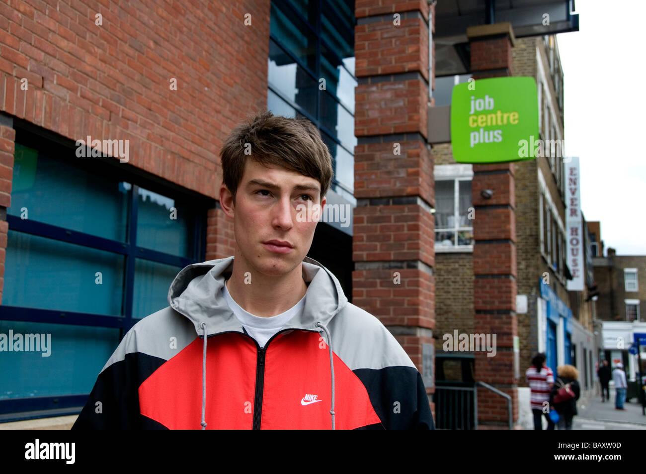 Jeune homme de 20 ans à travailler à l'extérieur de job centre plus Photo Stock