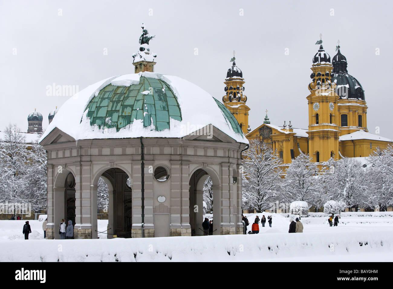 Un jour d'hiver à l'Hofgarten et son pavillion, le onionshaped tours de l'église Frauenkirche Photo Stock