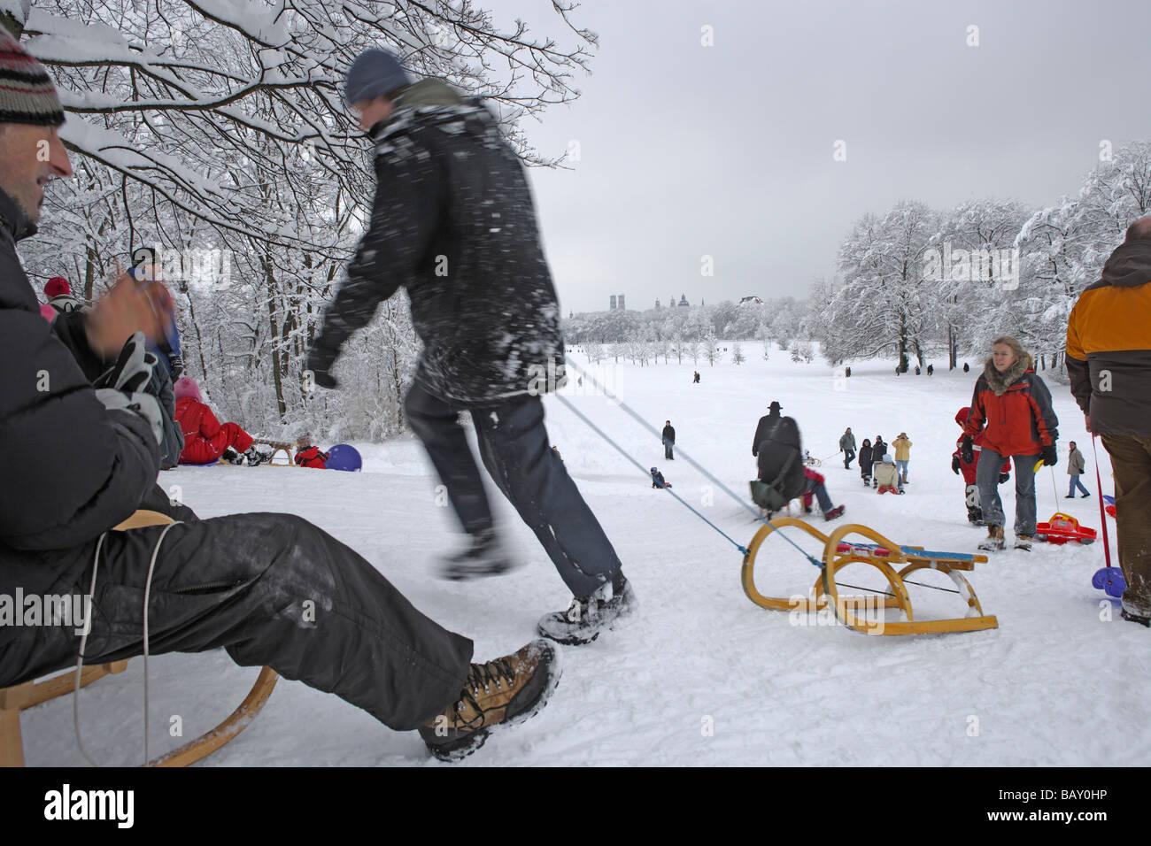Les gens de la luge au jardin anglais, un jour d'hiver, Munich, Bavière, Allemagne Photo Stock