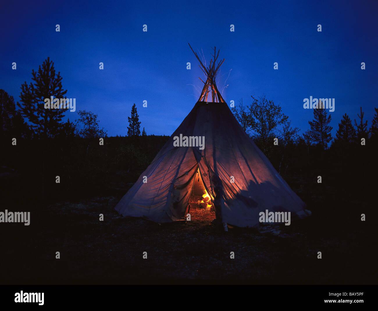 Tente, Bonfire, ambiance nocturne, Laponie, Finlande, Europe Photo Stock