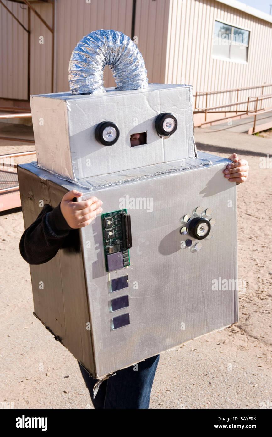 Enfant portant costume robot pour l'Halloween parade à l'école Photo Stock