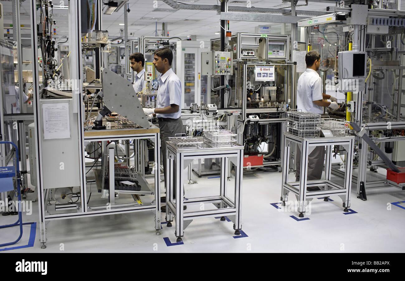 Mitarbeiter der Bosch Ltd à Bangalore Hier werden Dieseleinspritzpumpen gefertigt Indien employés chez Photo Stock