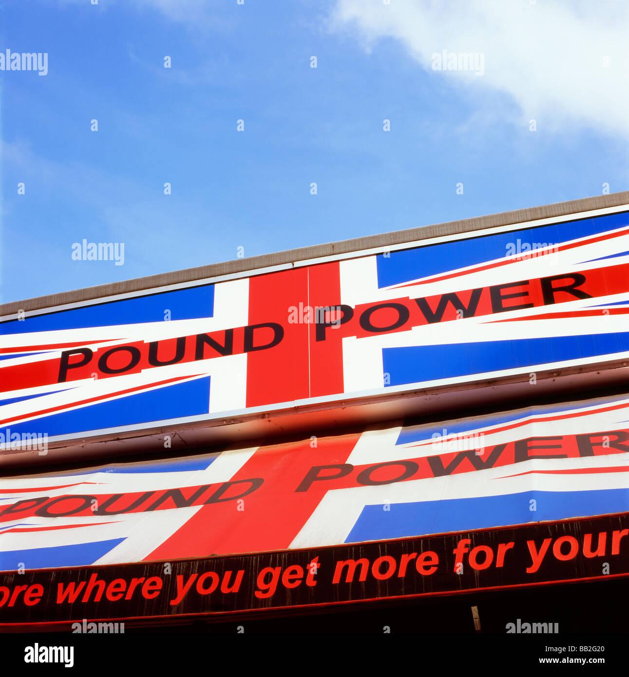 Pound sterling forte puissance signe sur un high street shop store Publicité Publicité Publicité London England Banque D'Images