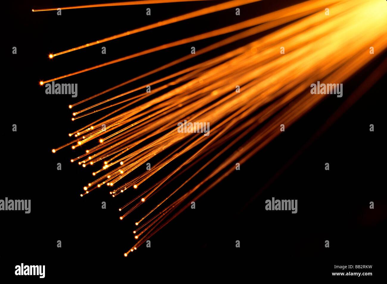 Brins de fibre optique illuminées transmettant la lumière des images via des fibres transparentes. Photo Stock