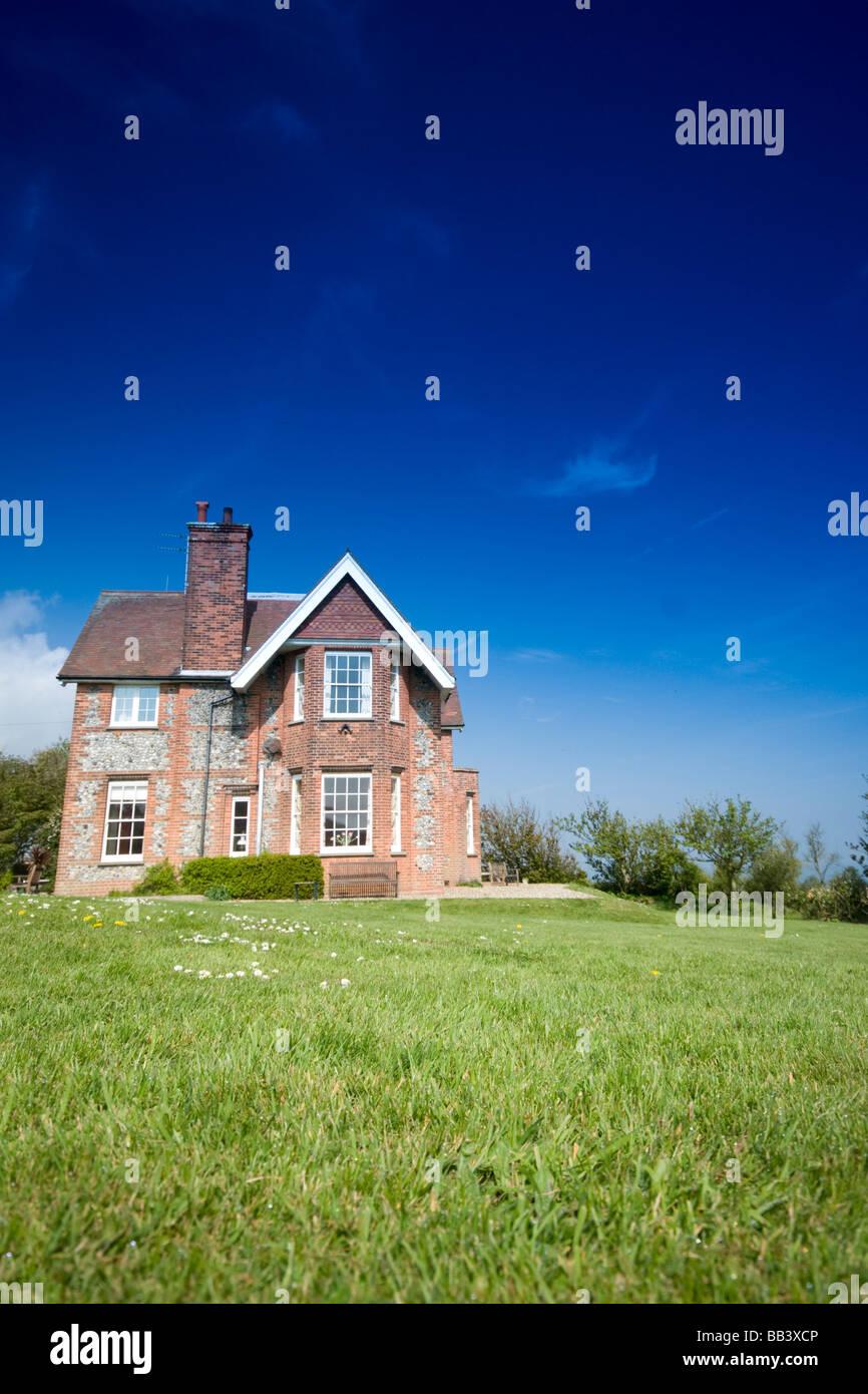 Maison de campagne et jardin au printemps Photo Stock