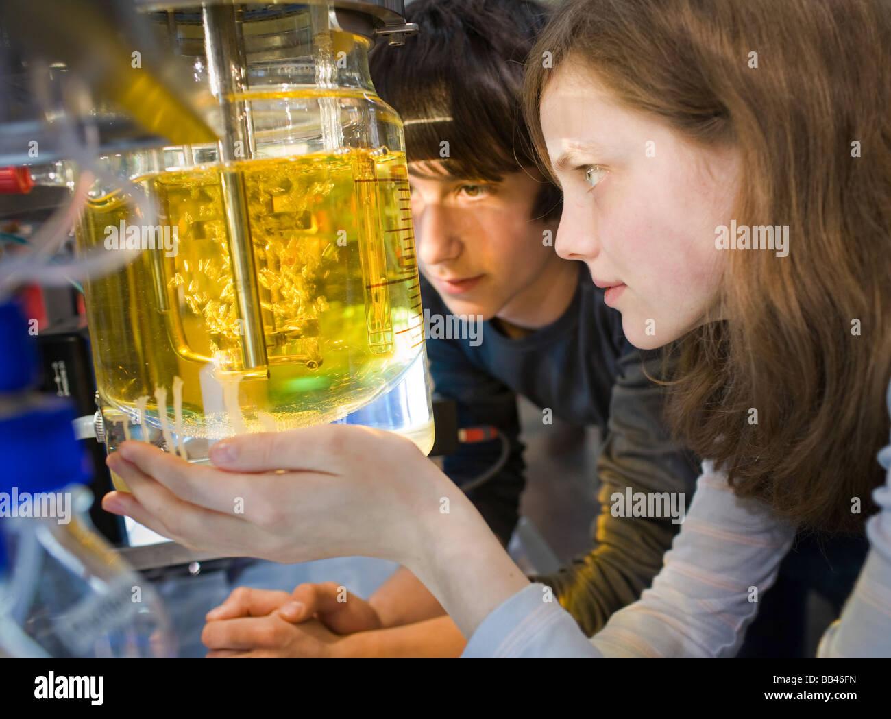 Les élèves de la classe de chimie Photo Stock