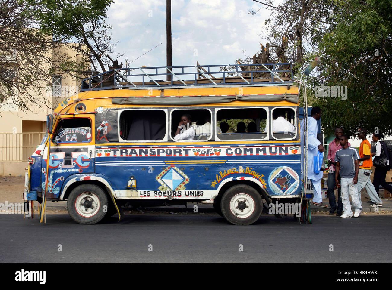 Sénégal, Dakar: bus des transports publics Photo Stock