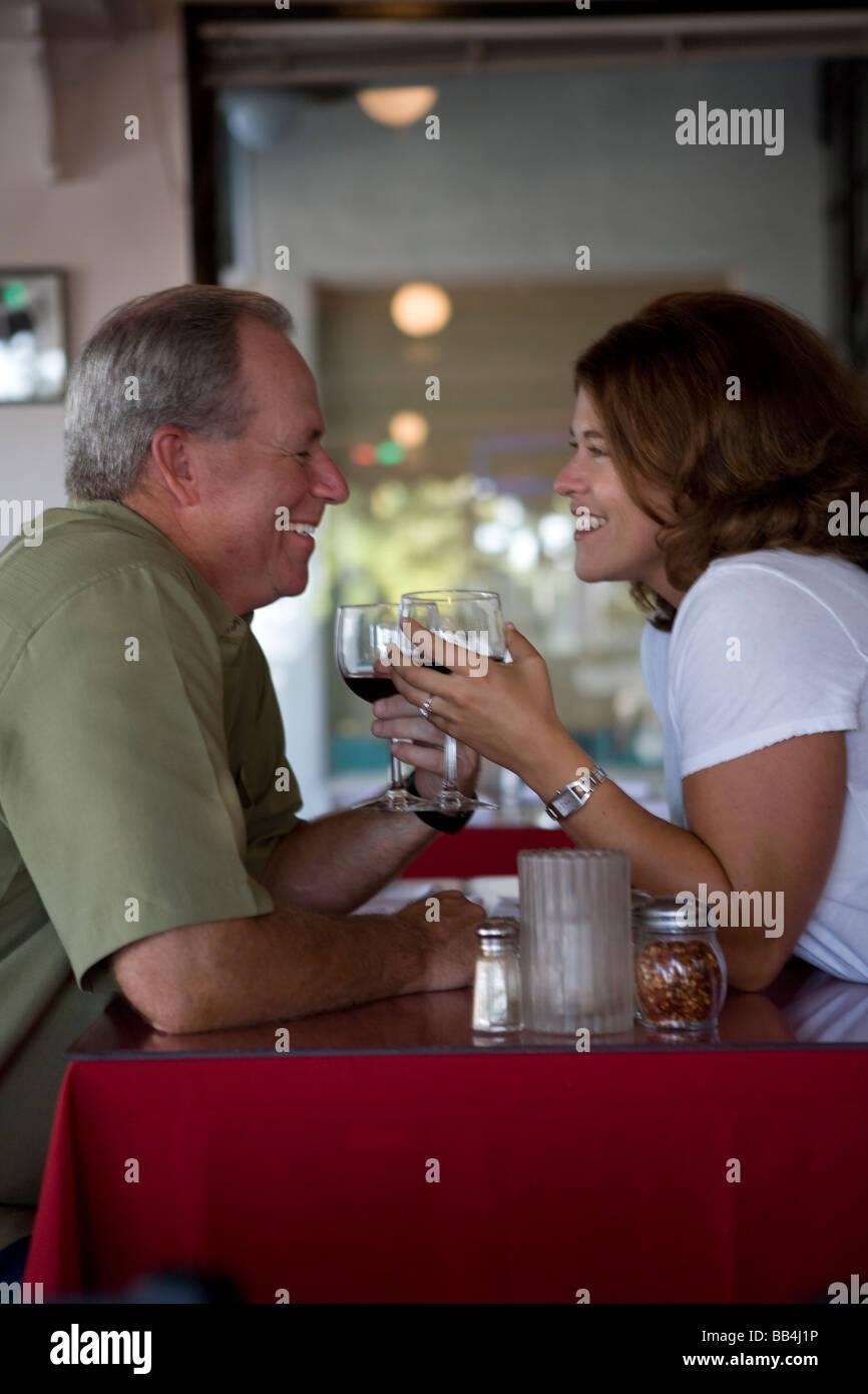 Heureux couple jouit d'vie ensemble Photo Stock