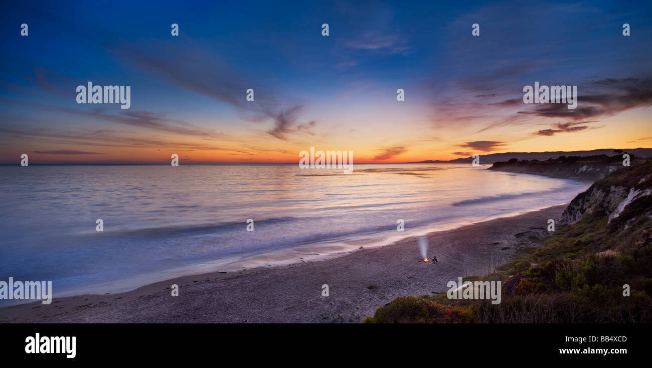 Couple sur la plage par le feu, Elwood Mesa Gaviota Coast Goleta Californie Photo Stock
