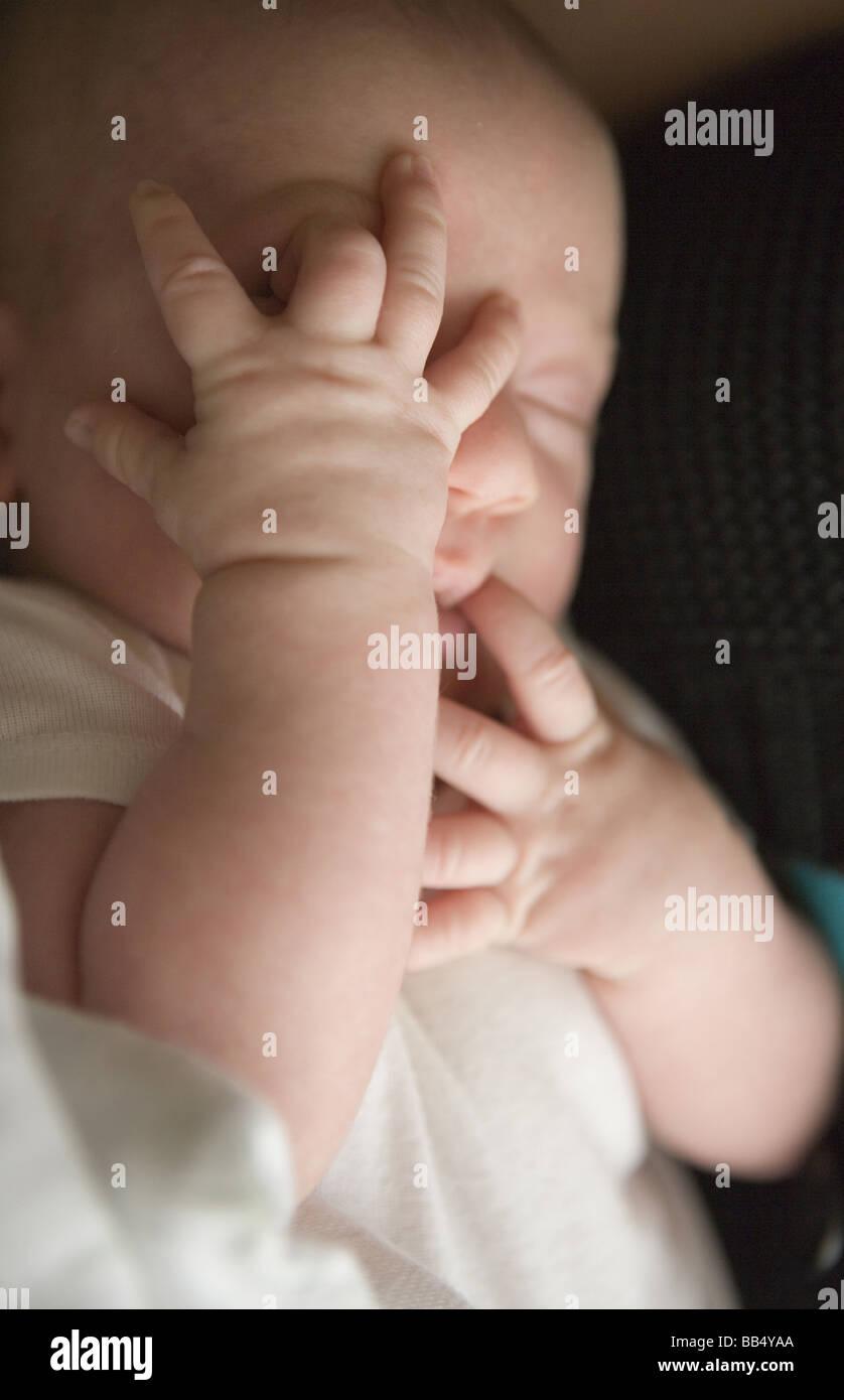 Bébé nouveau-né garçon avec les mains sur son visage, à la recherche d'un moyen de Photo Stock