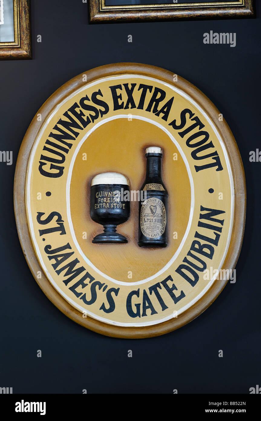 Guinness signe sur un mur d'un Pub Irlandais Photo Stock