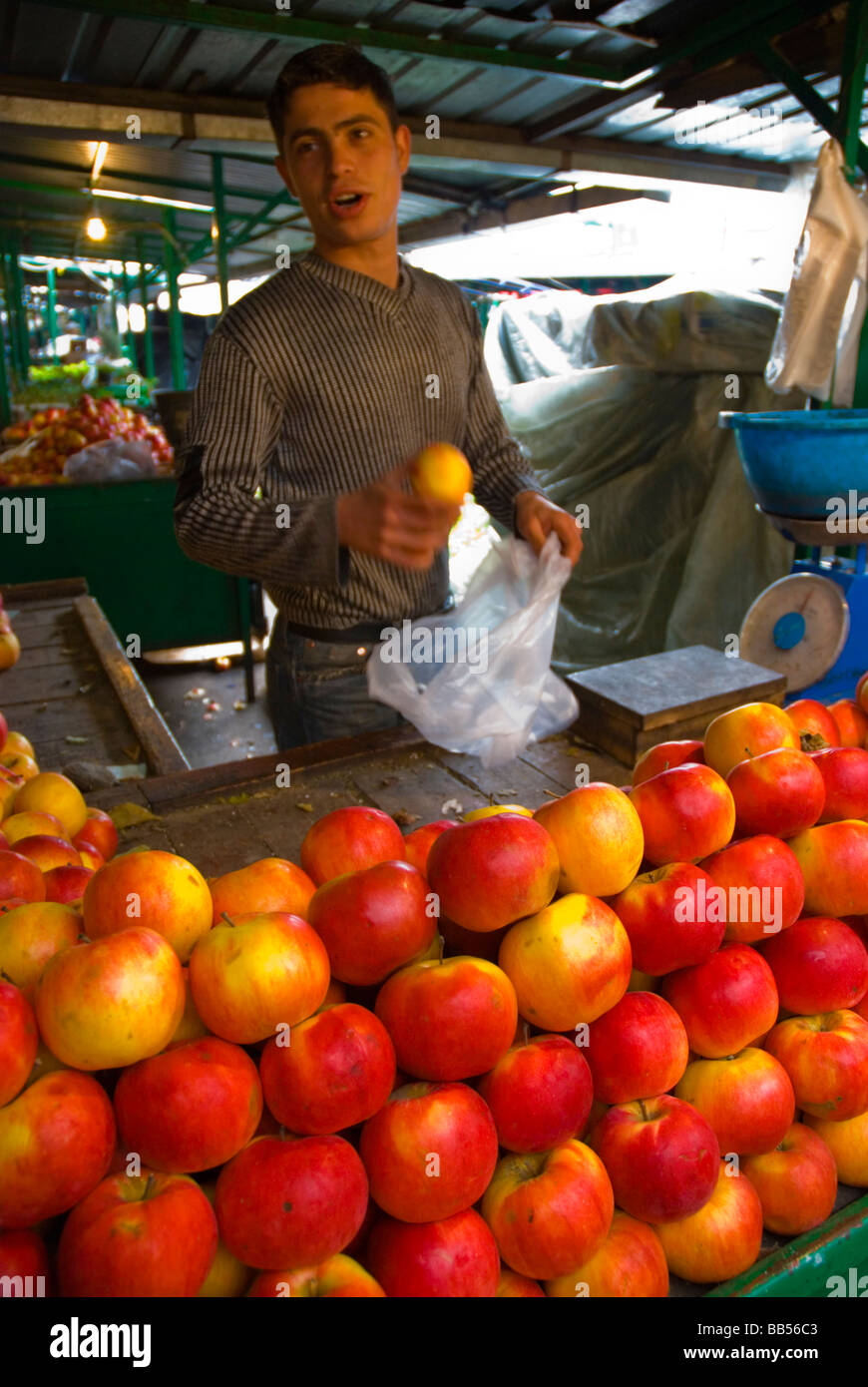 Vendeur Apple à Carsija marché en Europe Macédoine Skopje Photo Stock