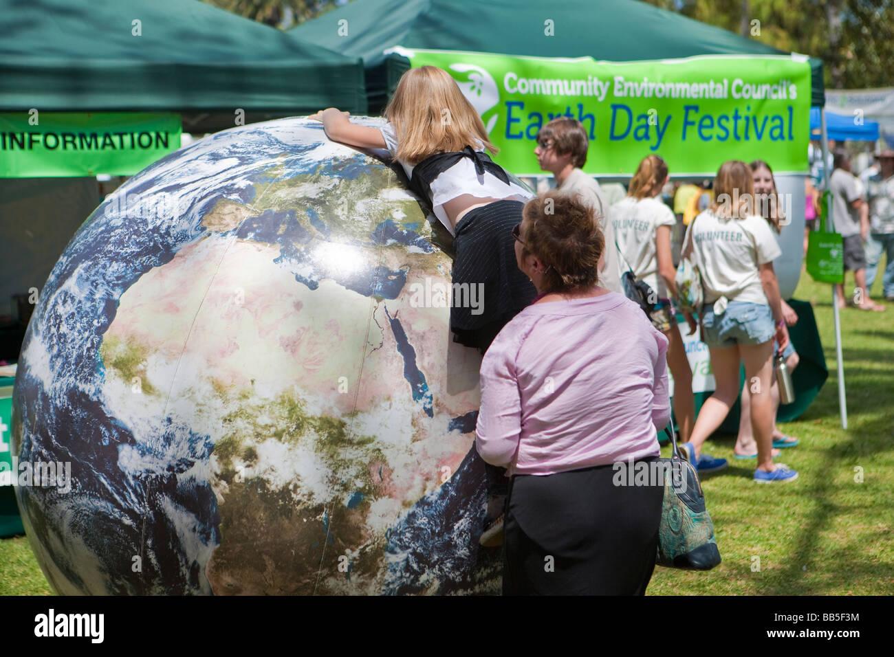 Enfant jouant avec globe gonflé le jour de la Terre fête Santa Barbara California United States of America Photo Stock