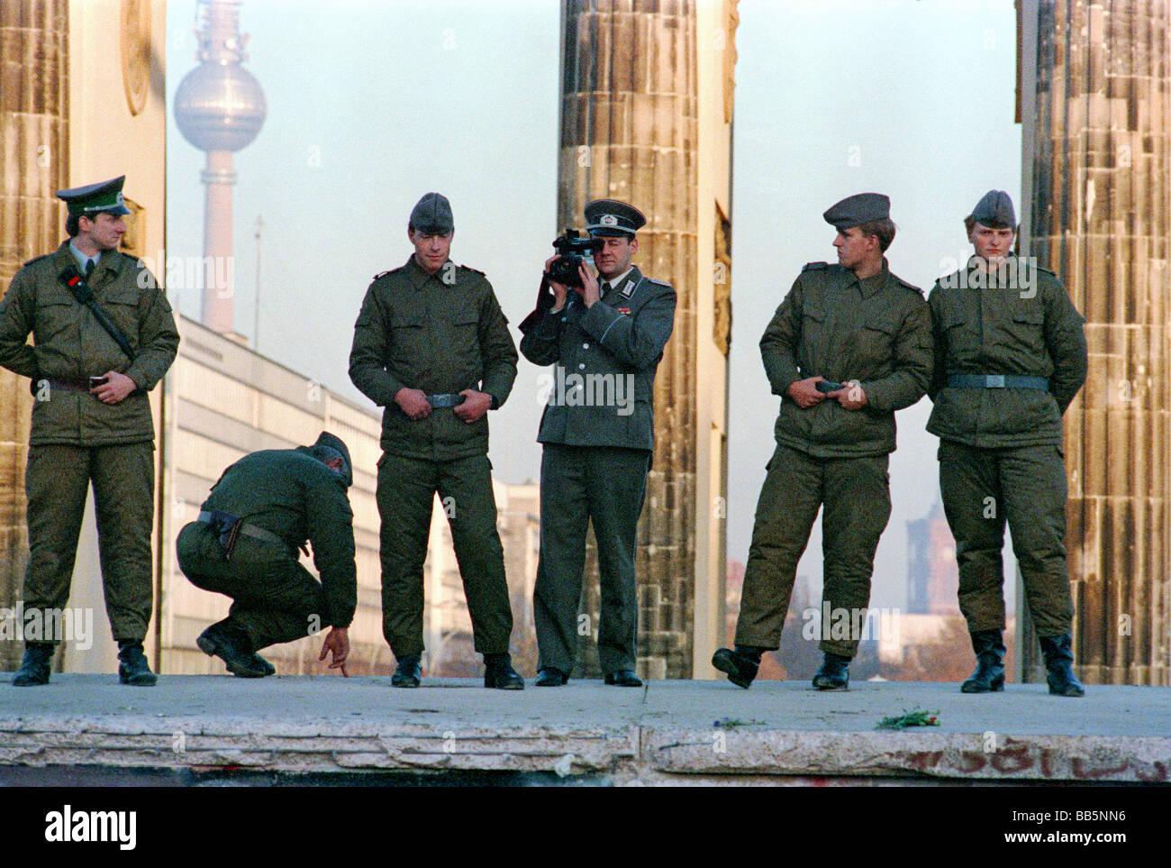 Soldats ANV sur le mur de Berlin en 1989, Berlin, Allemagne Banque D'Images
