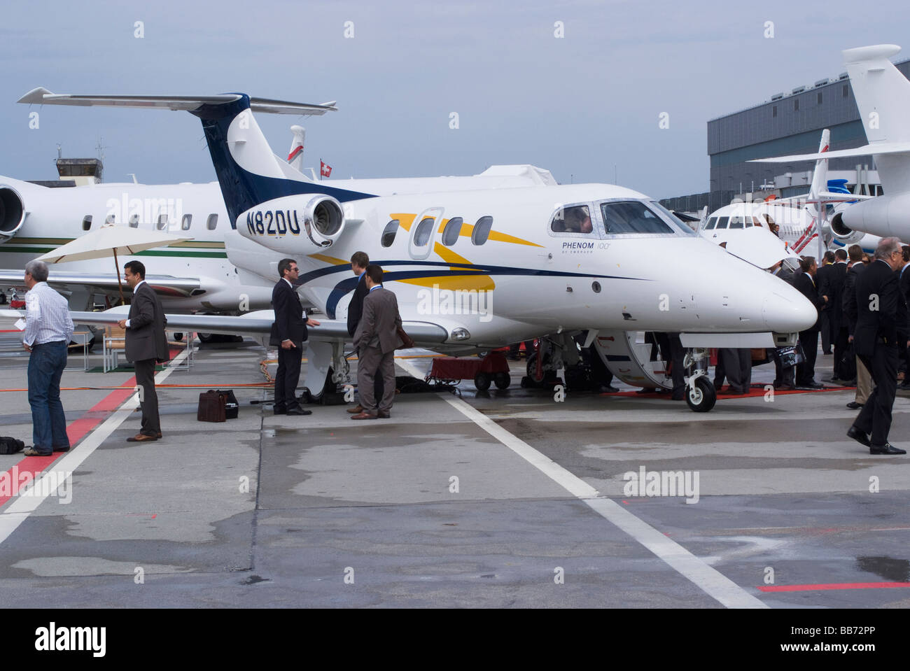 Business Jet Embraer Phenom 100 N82du Salon EBACE à avion à l'aéroport de Genève Suisse Banque D'Images