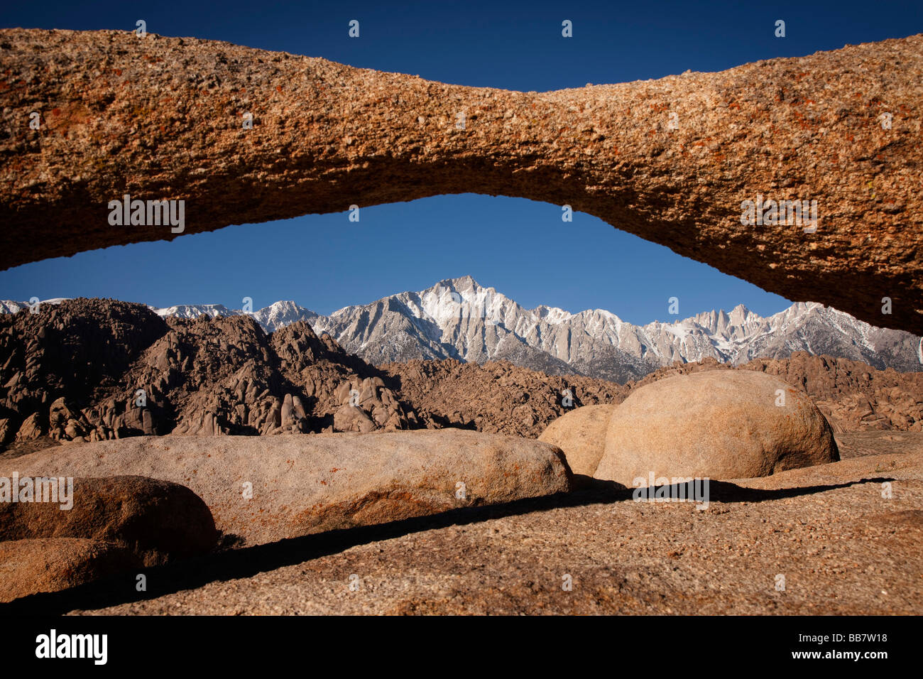 Mount Whitney vu à travers la roche naturelle arch près de Lone Pine en Californie USA Photo Stock