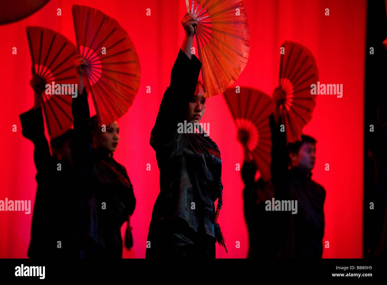 Le Cirque National chinois de Shenyang effectuant l'exposition Confucius, un voyage dans le temps montrant 2500 ans de Chinois p Banque D'Images
