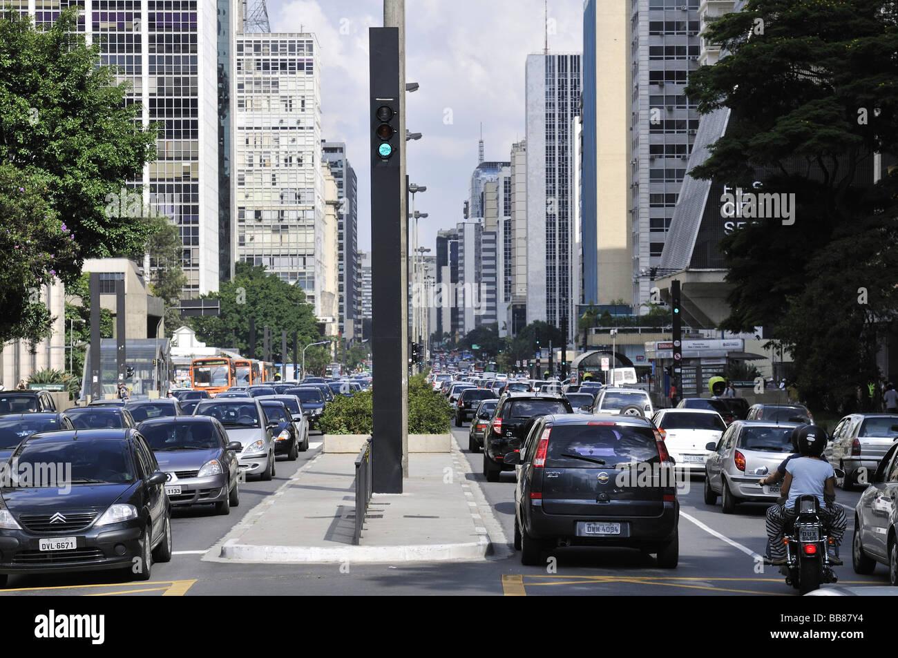 La circulation dans la rue Avenida Paulista, Sao Paulo, Brésil, Amérique du Sud Photo Stock