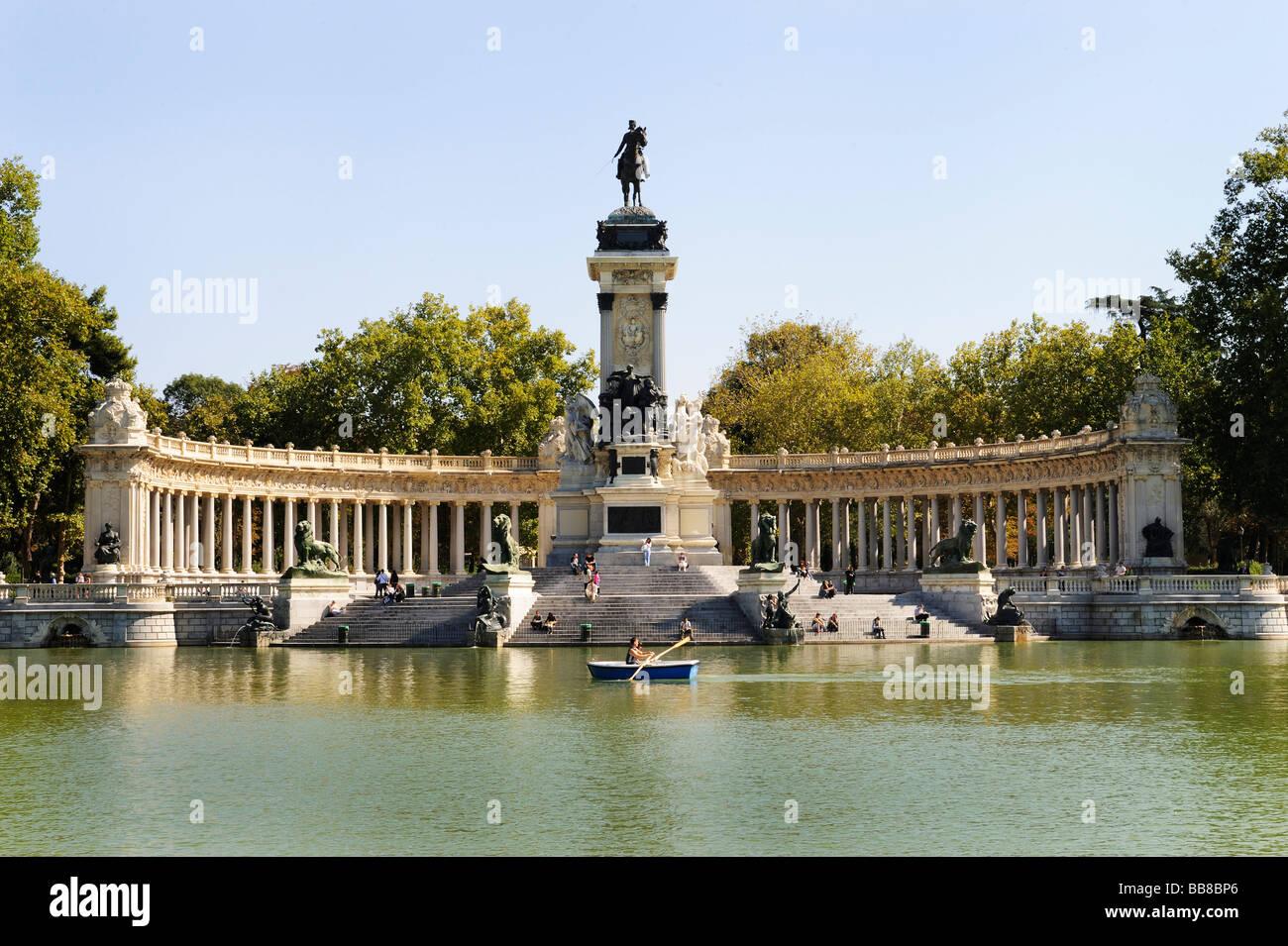 Parque del Buen Retiro, Parc de la retraite agréable ou d'El Retiro avec le monument à Alfonso XII, Photo Stock