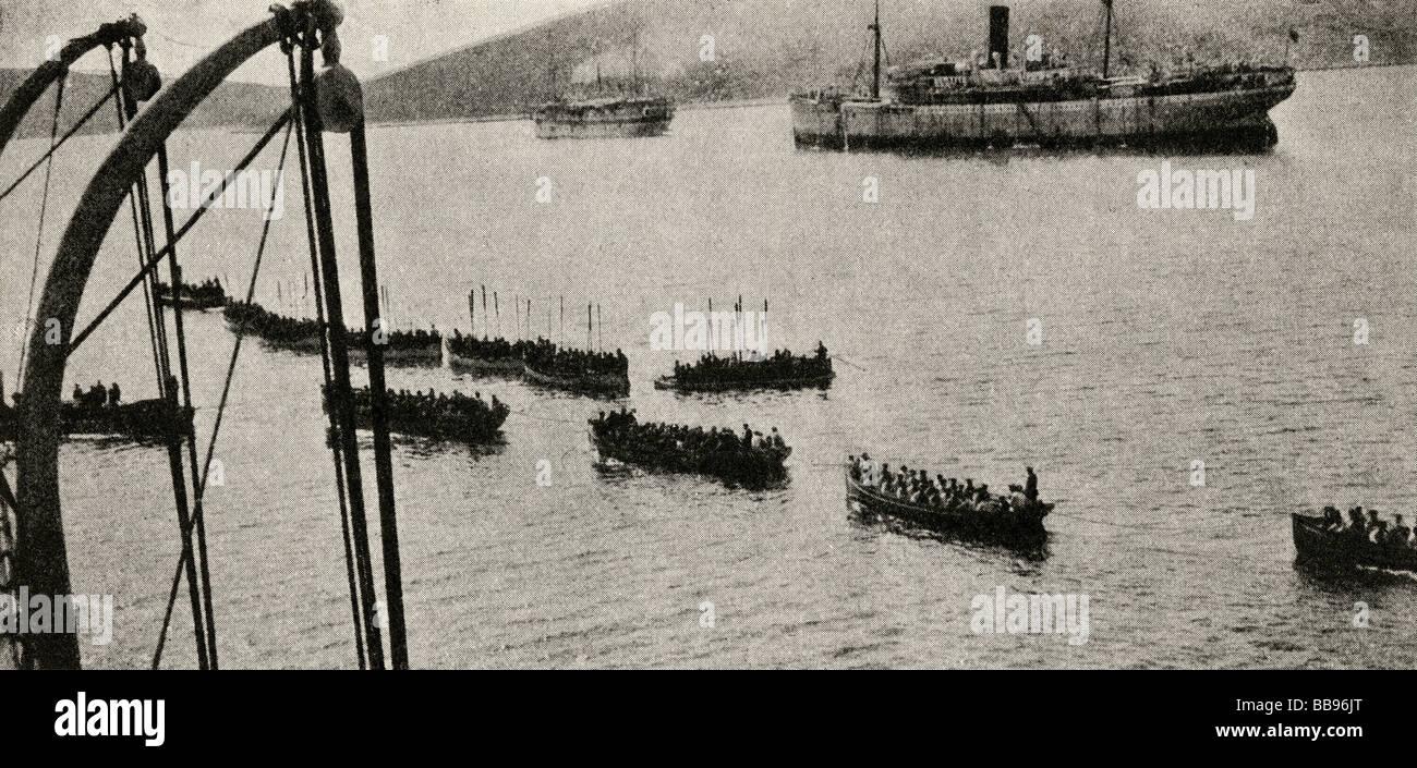 La campagne de Gallipoli. Une force de débarquement de quitter les transports de sa rive. Photo Stock