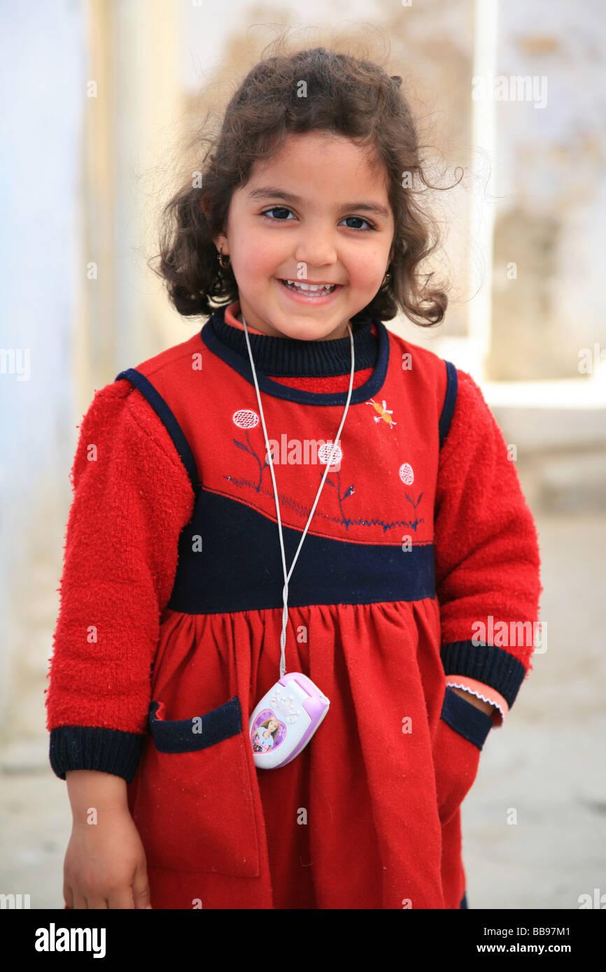 00fa7e5886d2 Jeune fille tunisienne souriant à Kairouan, Tunisie Photo Stock
