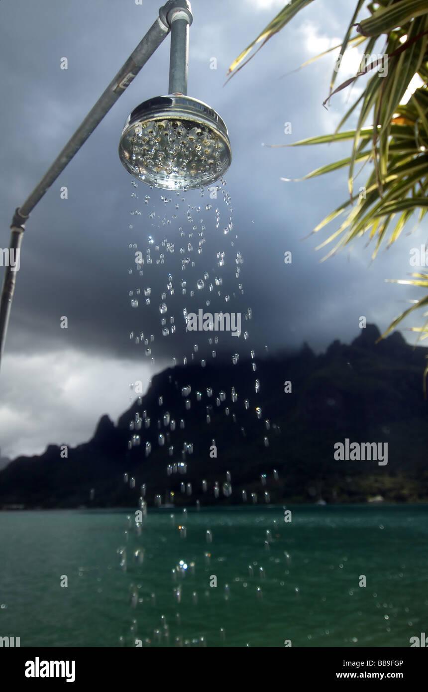 Douche extérieure dans la baie de Cook, Moorea, Tahiti, Polynésie Française Photo Stock