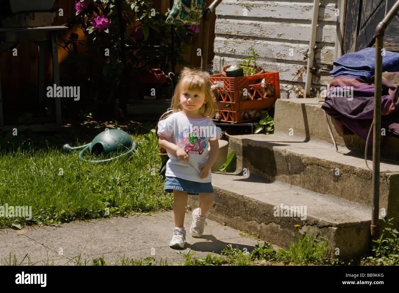 Petite fille en mouvement Photo Stock