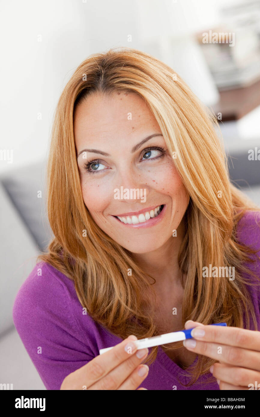 Young woman holding test de grossesse Photo Stock