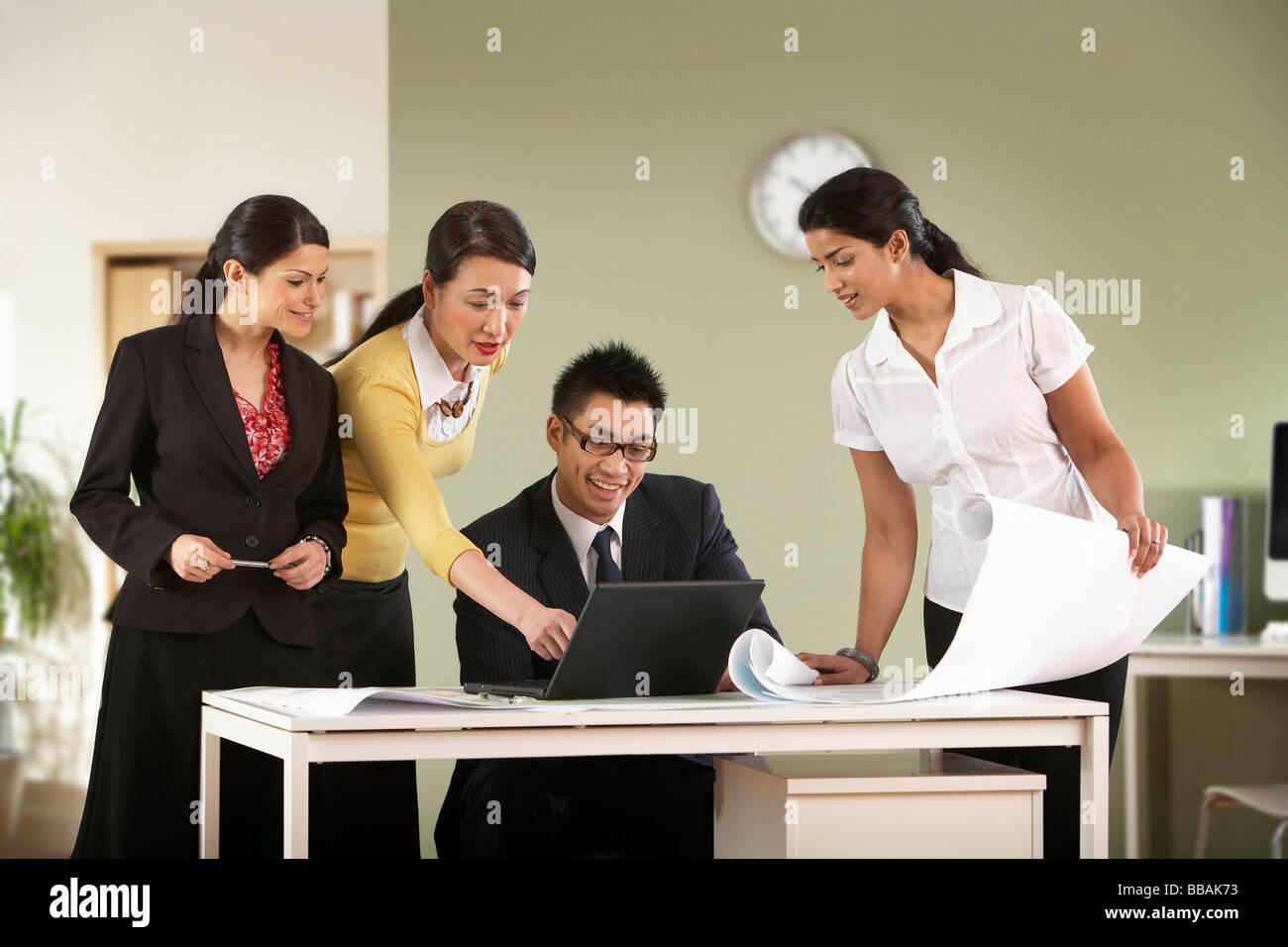 Un groupe d'affaires de discuter de certains régimes. Photo Stock