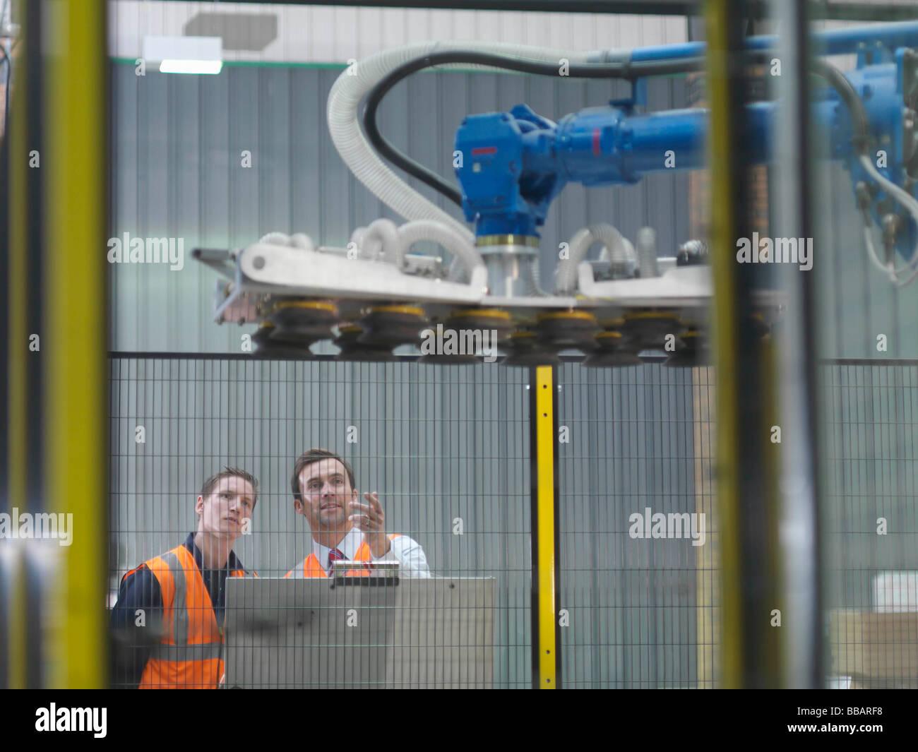 Les employés de l'entrepôt avec Robot Photo Stock