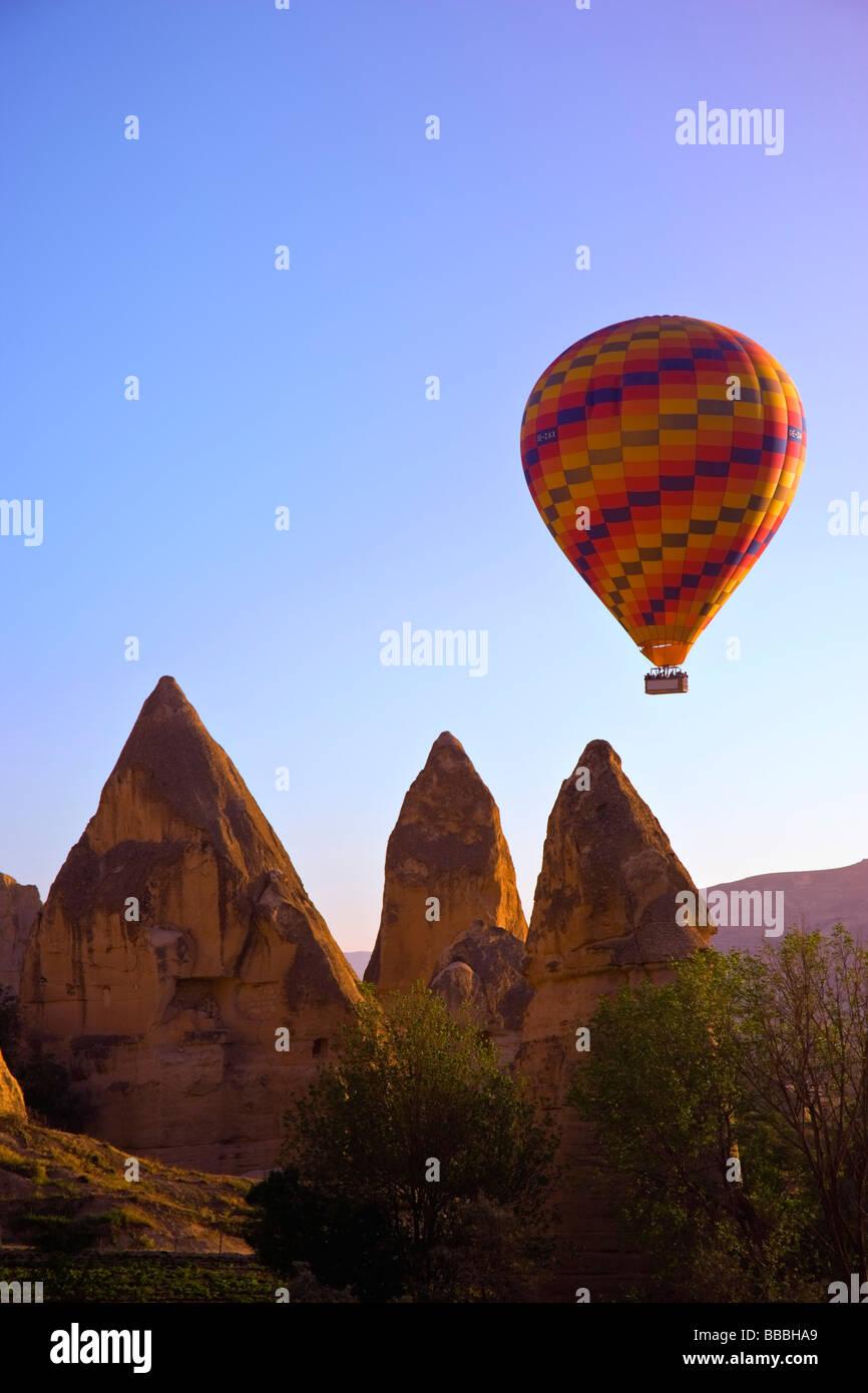 Au cours de la vallée de Göreme ballons; la Cappadoce, Anatolie, Turquie Photo Stock