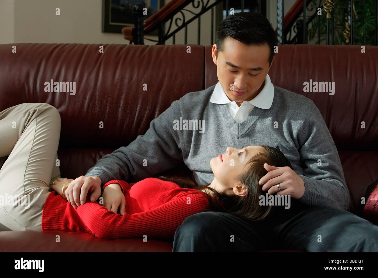 Jeune couple à la recherche d'autres avec amour à chaque Photo Stock
