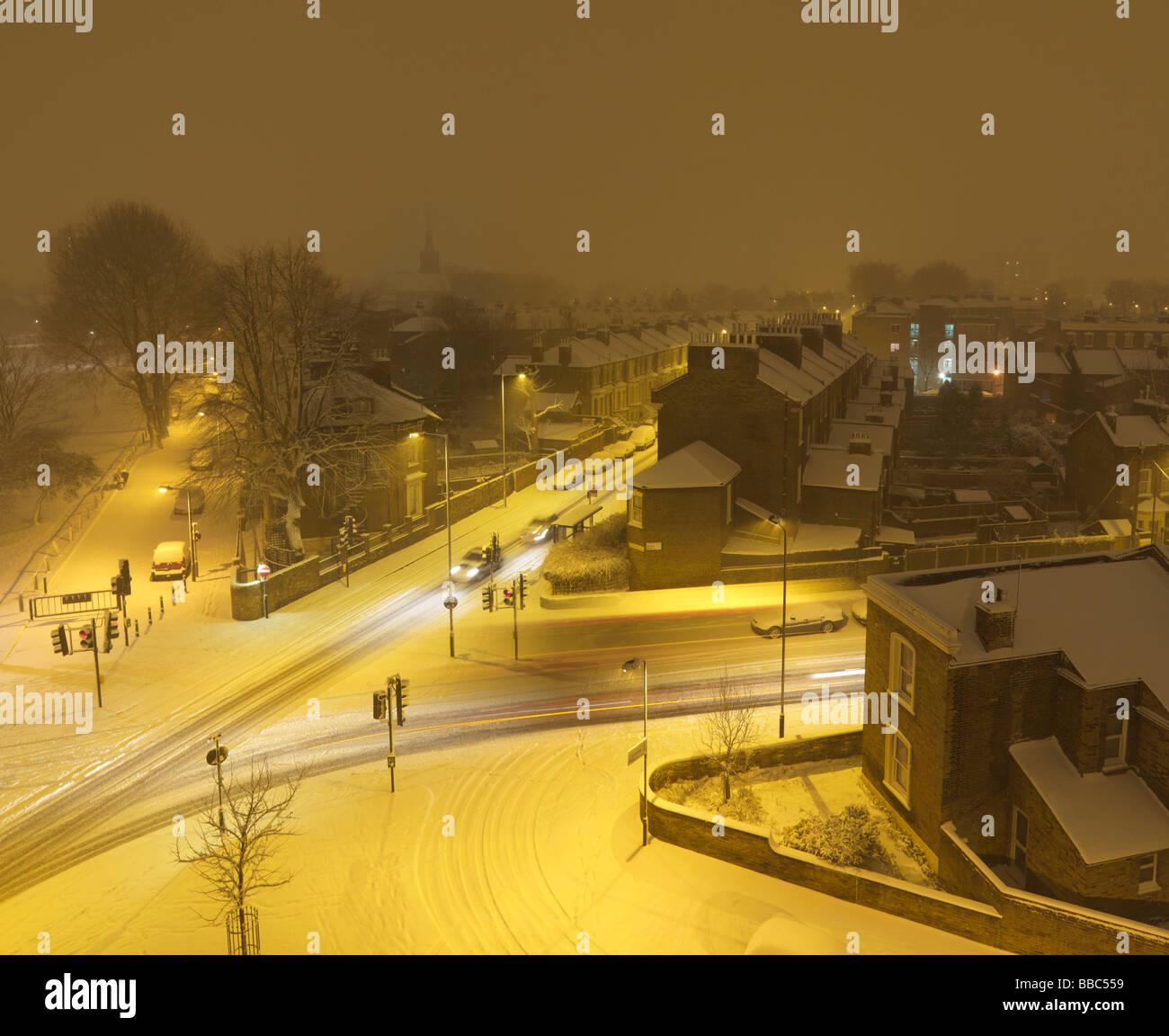 Croisée des chemins couverts de neige pendant la nuit Photo Stock