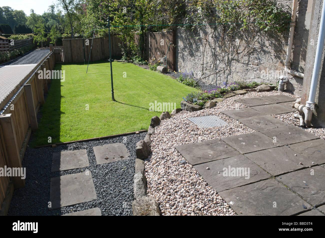 Jardin paysagé avec pelouse nouvellement fixées aux gazons Photo Stock