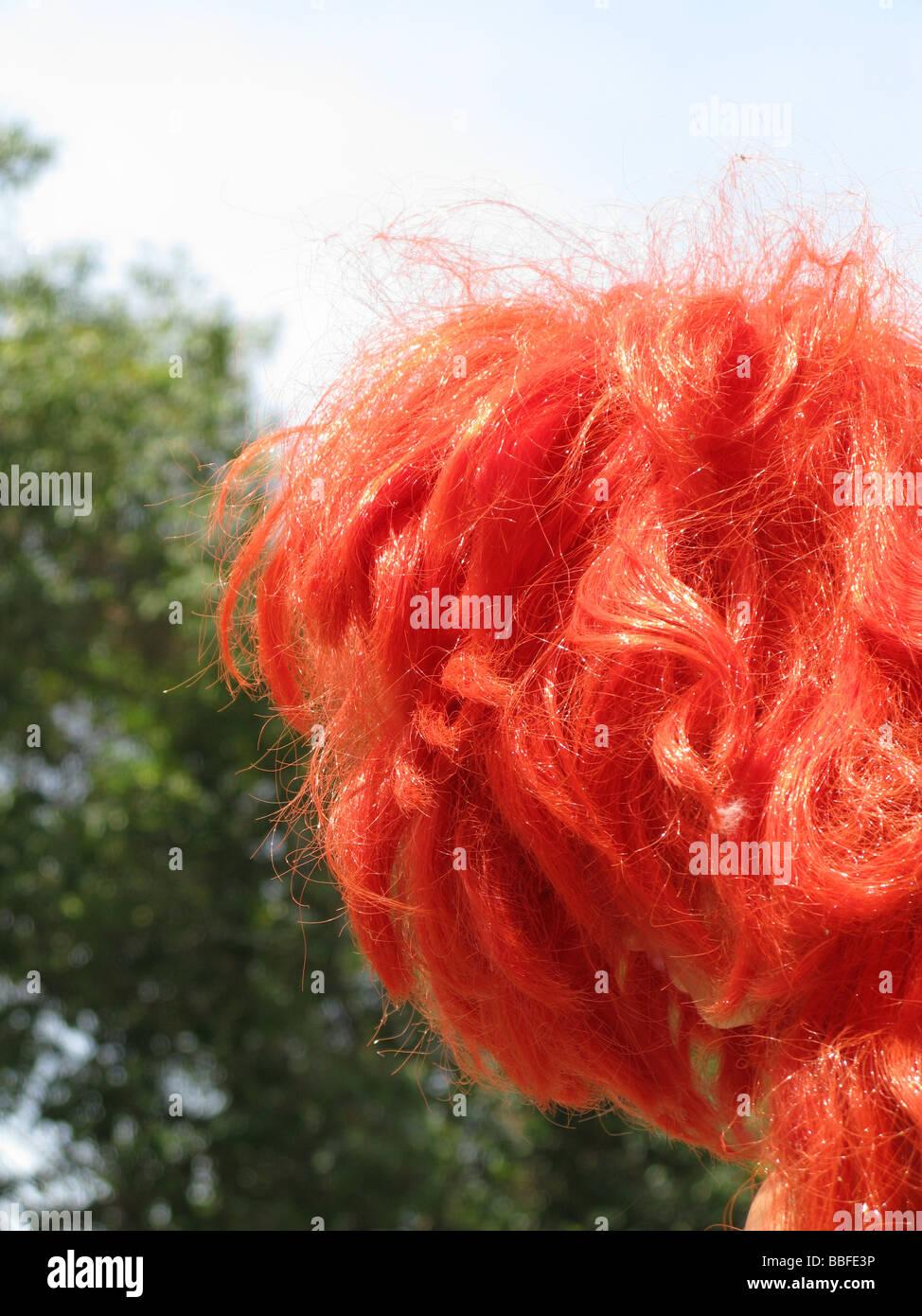 Poupée fille avec des cheveux rouge vif dans la ville Plan de la ville Photo Stock