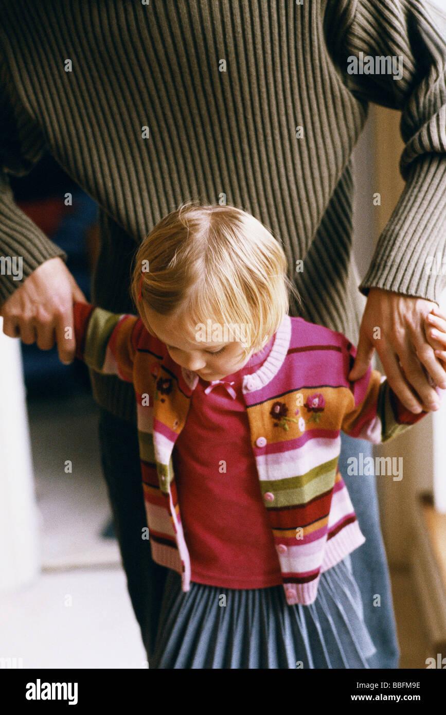 Little girl holding father's hands, portrait Banque D'Images