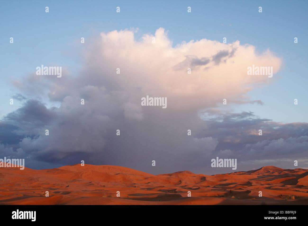 Afrique, Afrique du Nord, Maroc, Sahara, Merzouga, Erg Chebbi, nuages de pluie Banque D'Images