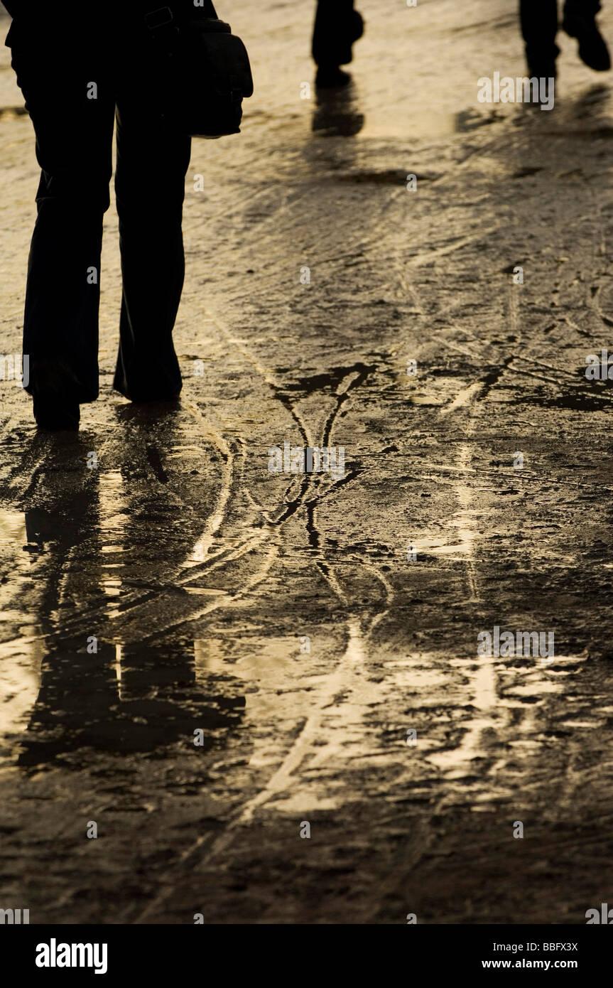 Les flaques, marques de dérapage et d'une douche à effet pluie après footprints Photo Stock