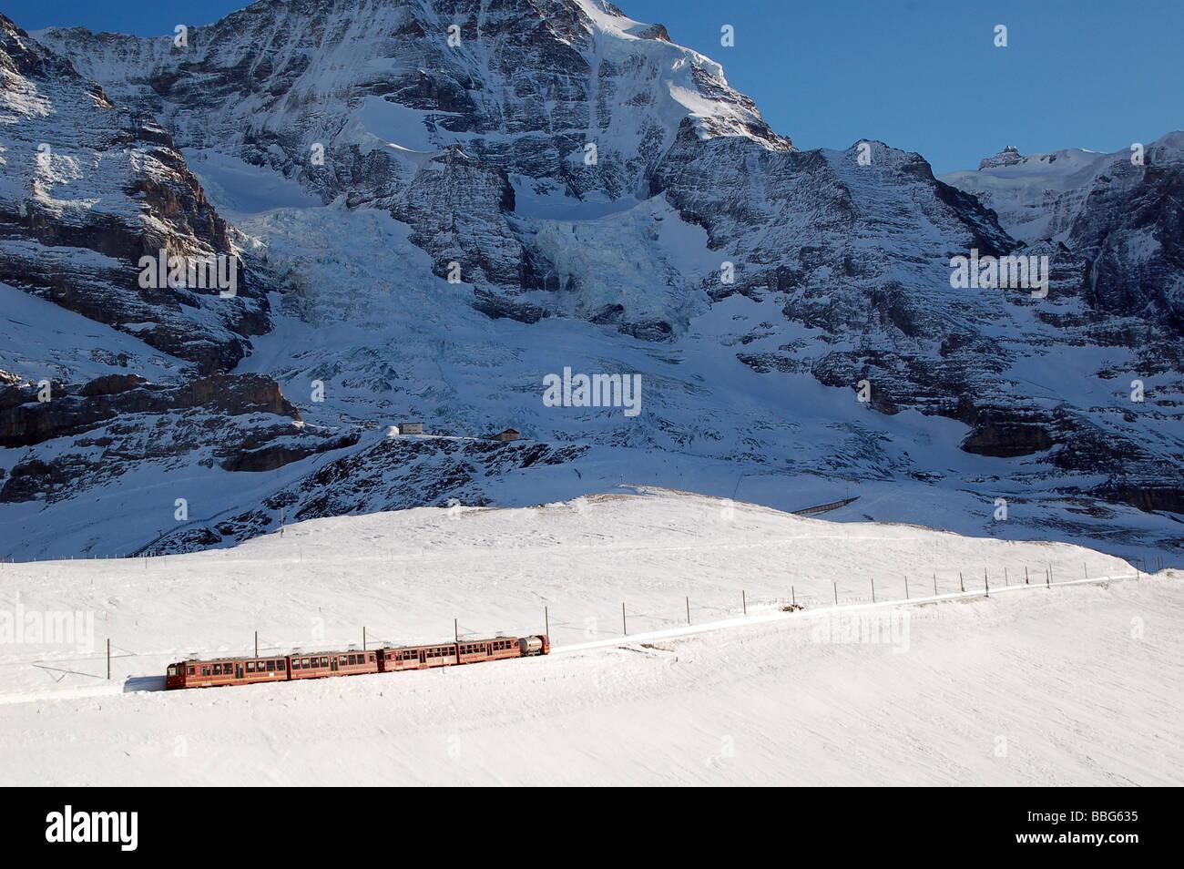 Chemin de fer train dans la montagne dans les Alpes Suisses près de Grindelwald en Suisse Europe Banque D'Images