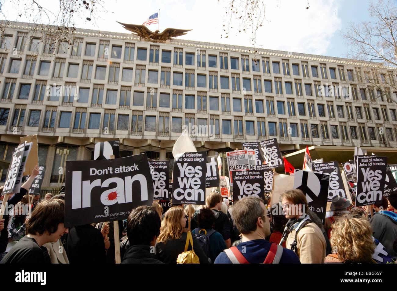 La paix contre la guerre nous manifestants devant l'ambassade américaine à Londres UK Photo Stock