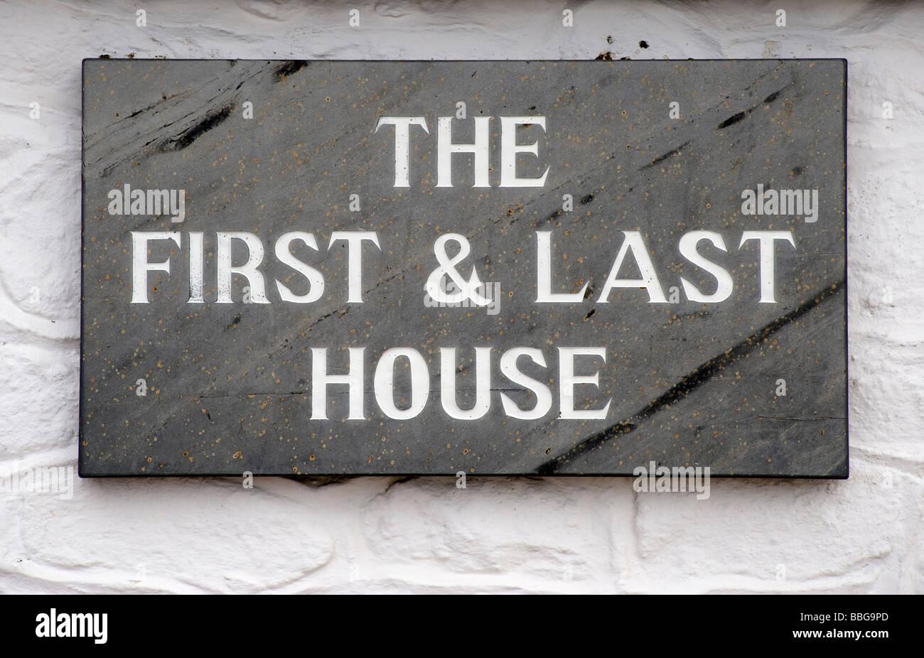 """Plaque sur le côté de la construction de la """"la première et dernière maison',Lands Photo Stock"""