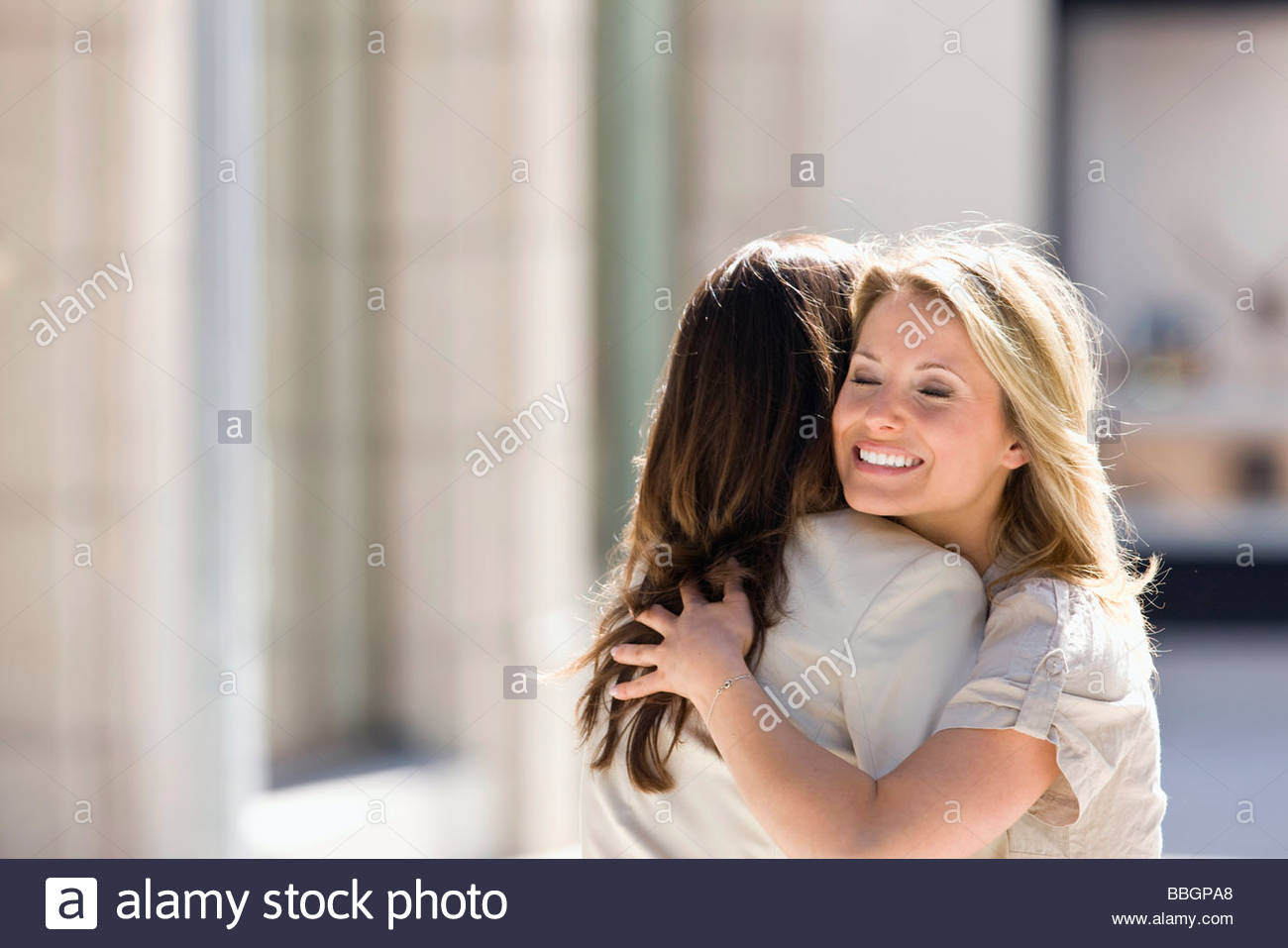 Deux femmes s'étreindre, Stuttgart, Bade-Wurtemberg, Allemagne Photo Stock