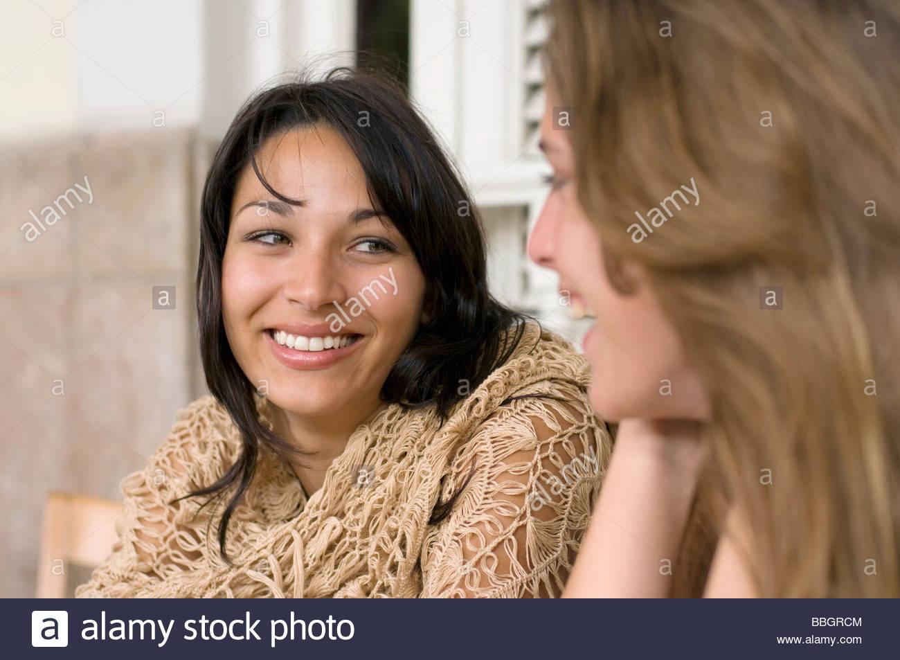 Deux jeunes femmes restaurant, souriant, La Havane, Cuba Photo Stock
