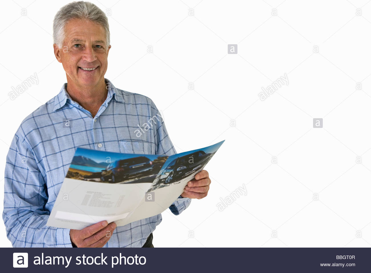 Senior man holding voiture brochure, cut out Photo Stock