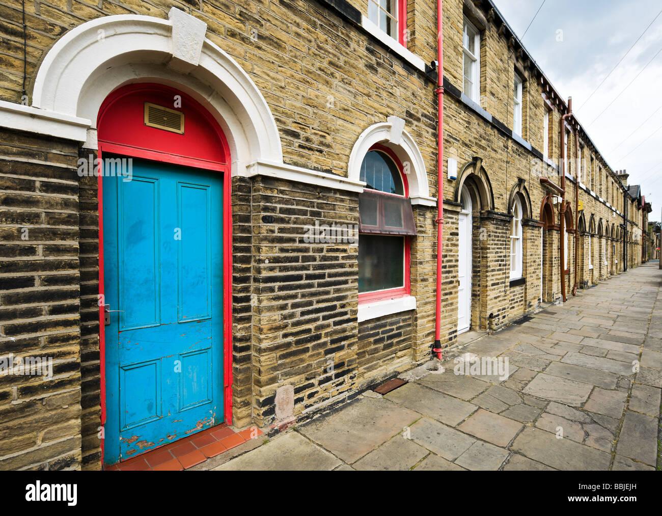 Maisons en terrasse sur une rue typique dans le site du patrimoine mondial de Saltaire, Bradford, West Yorkshire, Photo Stock