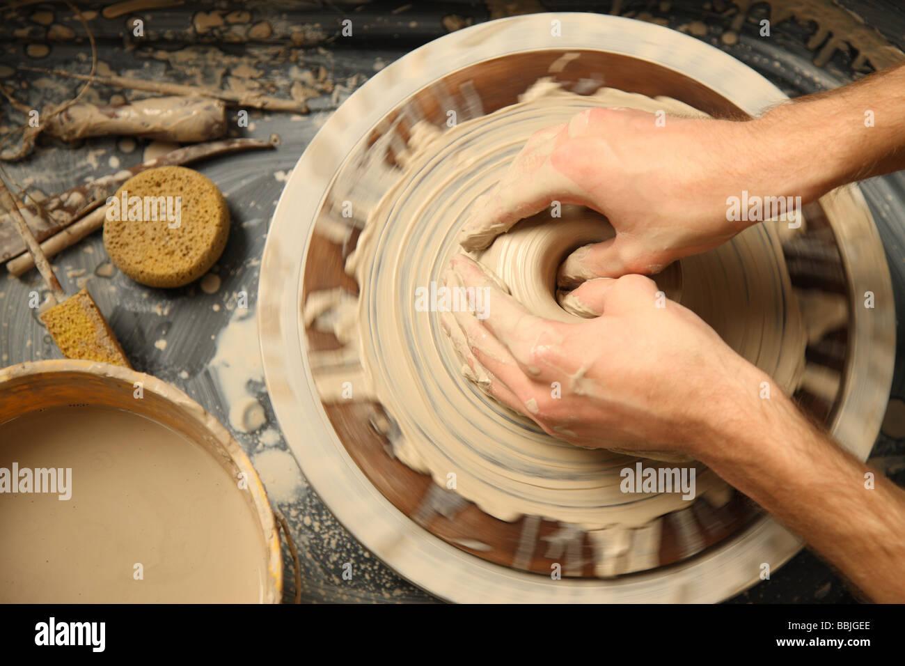 Closeup of hands travaillant sur roue de poterie Photo Stock