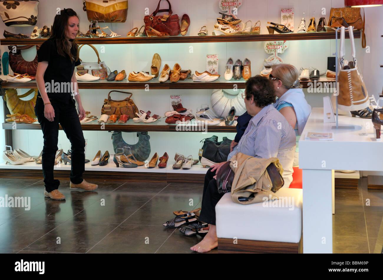 super populaire c26c9 cce85 L'intérieur de magasin de chaussures femme vente chaussures ...