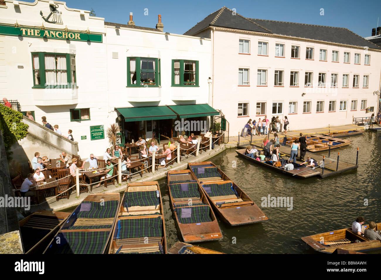 L'anchor pub avec plates dans le moulin, piscine, sur un jour d'été, Cambridge, Royaume-Uni Photo Stock