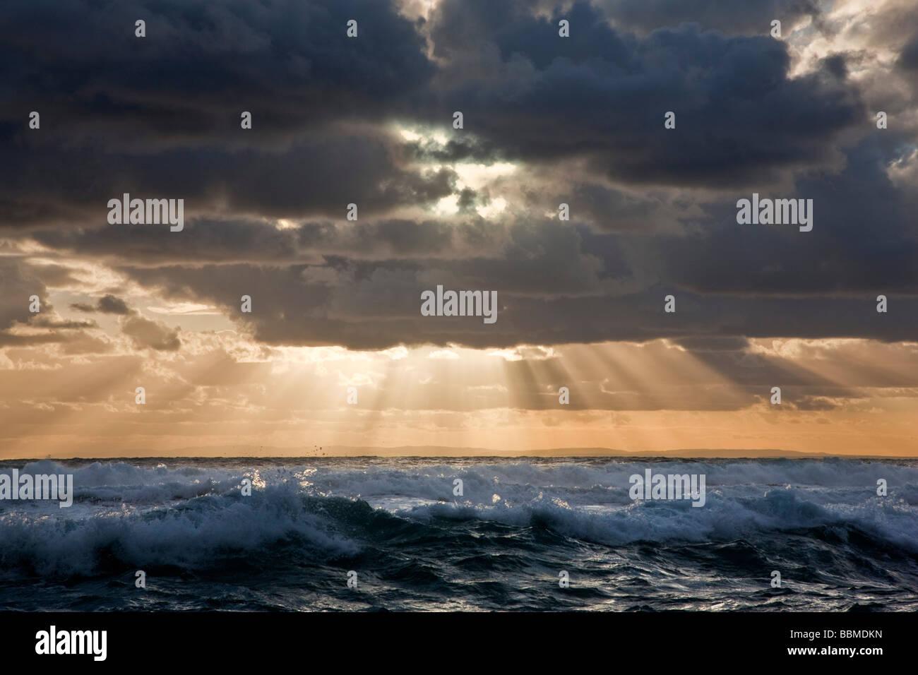 L'Australie, Victoria. En fin d'après-midi, le soleil perce les nuages menaçants sur le détroit Photo Stock